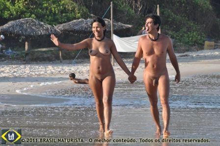 O casal caminhando no final de tarde na praia