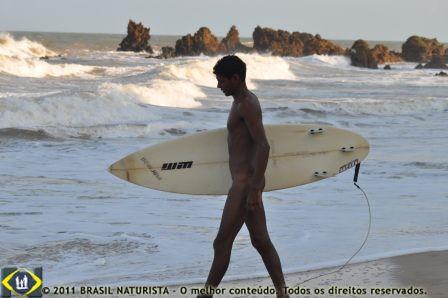 O surfista indo em busca das ondas