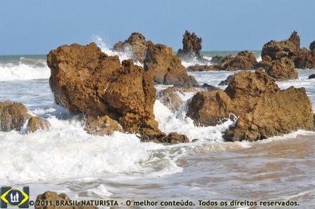 E as ondas continuam alí a lamber as rochas na beira da praia