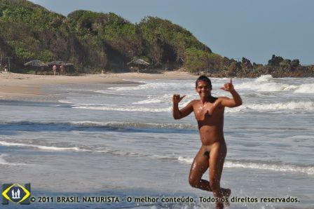 Sai do mar correndo para pegar a prancha que veio para areia