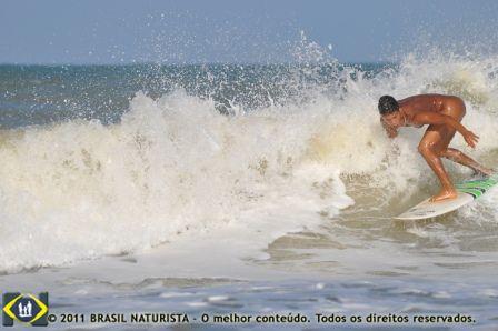 O mar esta com ondas fortes