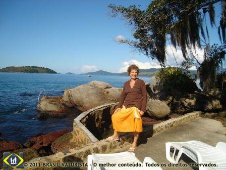 Muito embora esteja numa bela ilha naturista estou de roupa porque esta friozinho na beira do mar