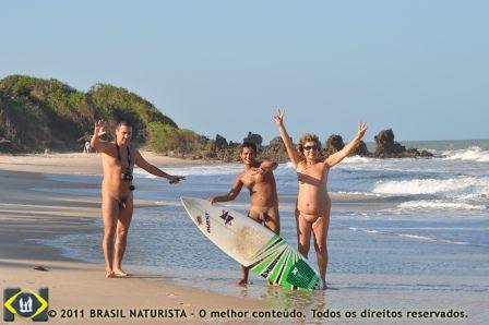 O campeão do IV Tambaba open de surf exibe orgulhoso sua prancha