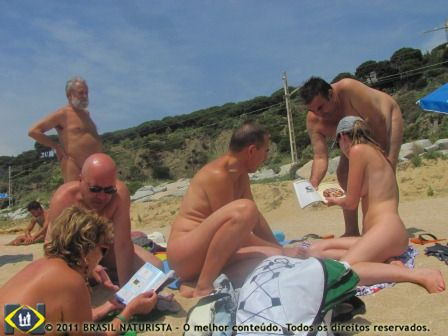 Conversando animadamente na praia