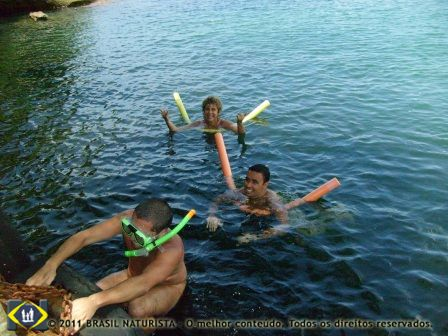Mergulho para ver os peixes nas águas transparentes da ilha