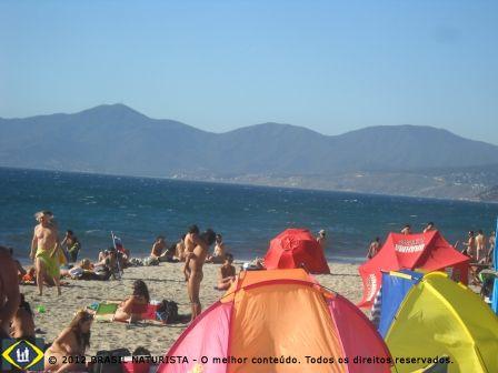 As famílias lotam a praia naturista do Chile