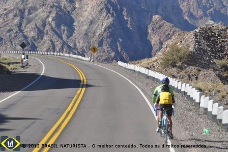Passamos por ciclistas se aventurando nos Andes