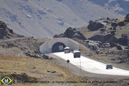 O tunel escavada no penhasco abrindo o caminho para o Chile