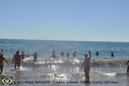 O banho nas águas geladas e revigorantes do Pacifíco
