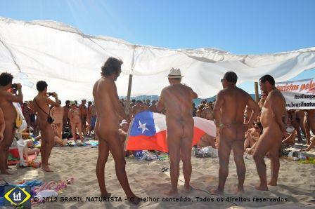 Uma platéia, atenta a fala dos dirigentes naturistas, rodearam a tenda branca