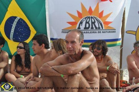 Os participantes concentrados na palestra sobre o naturismo e o sexo