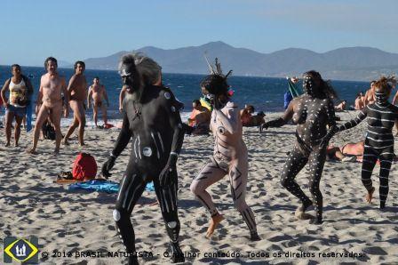 Neste clima entra na praia, como convidados, artistas nus com os corpos pintados