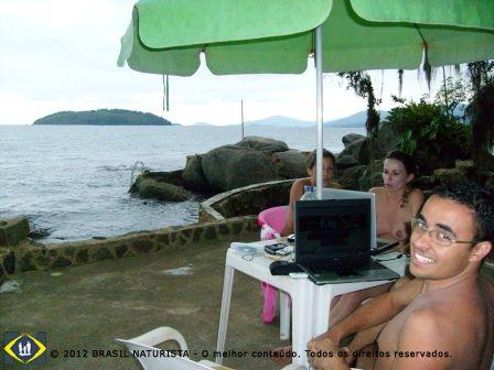 Conectado no meio do oceano na ilha naturista de Jurubà/Rio de Janeiro