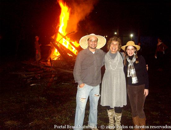Eu, Carina e Marcelo curtindo a fogueira da noite mais longa do ano