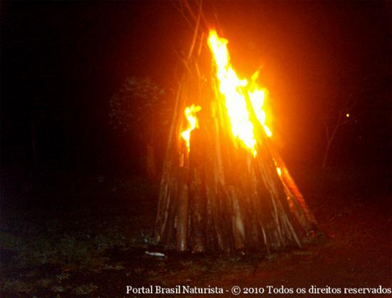 A fogueira preparada para festejar o Santo e o aniversariante