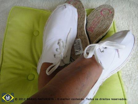 Usar o conforto do material para calçar os pés