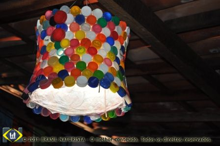 Adquirir produtos reciclados que vão se destacar em luminárias como esta