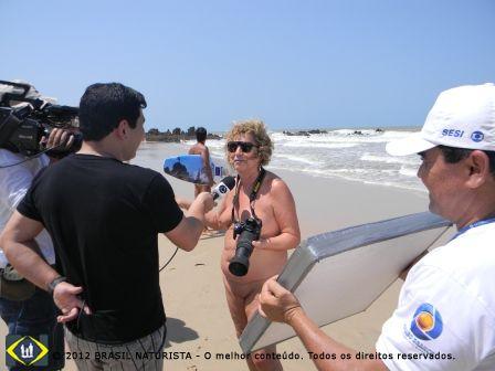 Falando para o jornalista sobre meu trabalho na beira da praia de Tambaba/PB