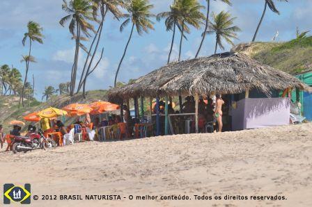 A barraca onde ocorreu o encontro na beira da praia de Massarandupió
