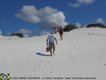 Subida nas dunas para apreciar a paisagem e ver o mar.