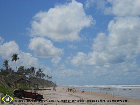 Uma extensa praia ainda preservada pelos moradores nativos.