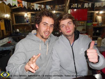 Galera jovem, Gabriel e Toninho, criados na Colina