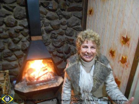Uma parada para aquecer na lareira da casa da Cândinha...