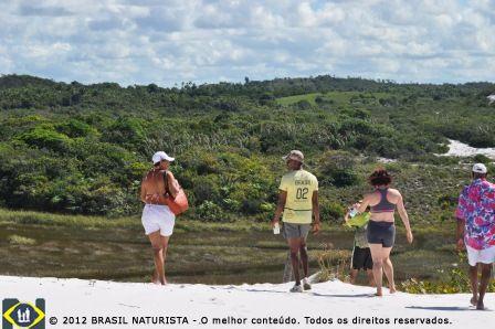 Inicio da caminhada, com o guia Zé Bola, na trilha das dunas brancas.