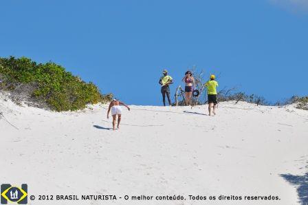 Com o sol forte e as areias escaldantes chegaram ao topo no alto da duna.