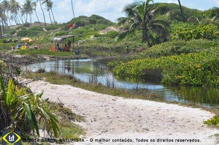 Ali naquele quiosque dentro do rio é a praia naturista de Massarandupió