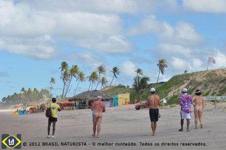 Retornando da caminhada para a área de praia naturista