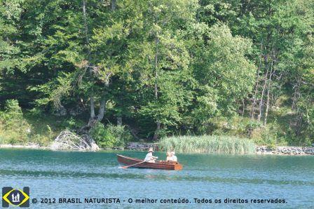 O passeio de barquinho no lago...