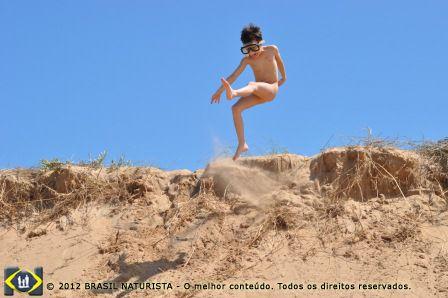 Saltando alto nos cômoros de areia da praia de Shihuahua/Uruguai