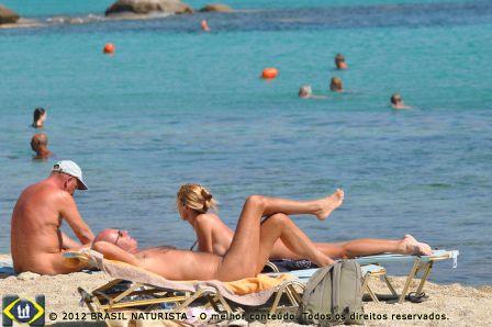 Banhando-se nas águas azuis e transparentes da praia de Paranga na ilha de Mykonos/Grécia