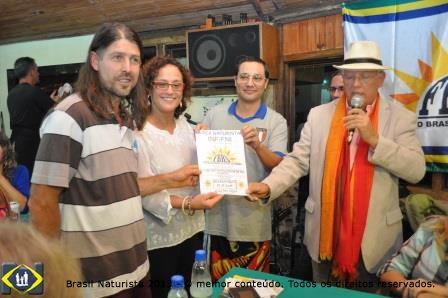 O presidente Etacir e a vice Zaíra recebendo a filiação das mãos do presidente da Federação Brasileira de Naturismo João Olavo e do vice Marcelo Pacheco