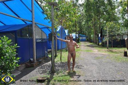 O camping de lonas azuis e caminhos limpos são os bons exemplos que ficaram...