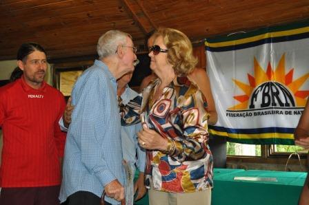 Liselote mãe de Celso Rossi faz as honras ao homenageado Augusto Carneiro