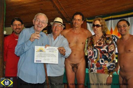 Augusto Carneiro recebendo das mãos do presidente João Olavo o certificado de reconhecimento