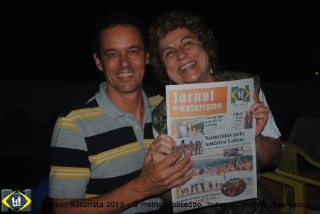 Eu entregando o jornal Brasil Naturista para Celso Rossi eleito Conselheiro Maior da FBrN