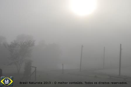 Desce a neblina na quadra de voleibol...