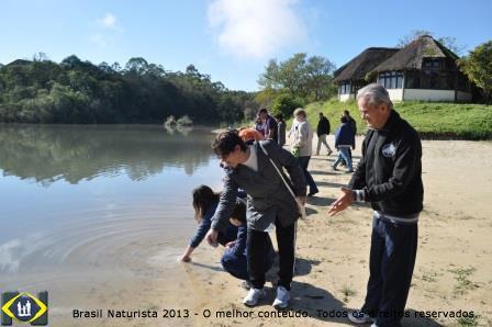 Pe. Otávio, Zenir e outros presentes jogaram as cinzas no lago...