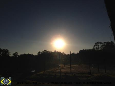 O sol ilumina com os primeiros raios a quadra de voleibol...