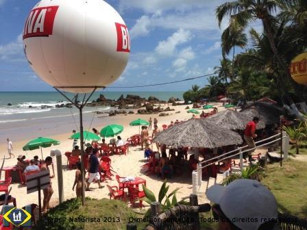 Praia lotada no primeiro festival naturista de música em Tambaba