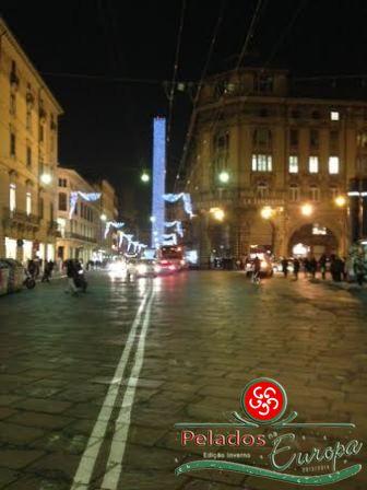 Torre dos Asinelli com iluminação de natal em Bologna Itália