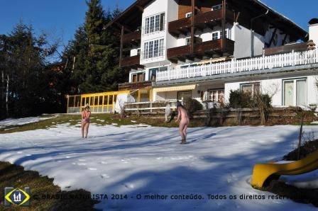 Agora as brincadeiras de jogar e rolar na neve...