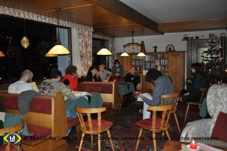Momento de descontração dos hospedes no restaurante da pousada.