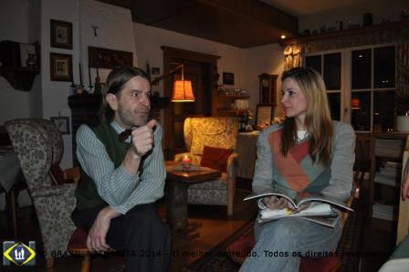Lührmann dono da pousada e Carina conversando na linguagem que todo mundo entendee