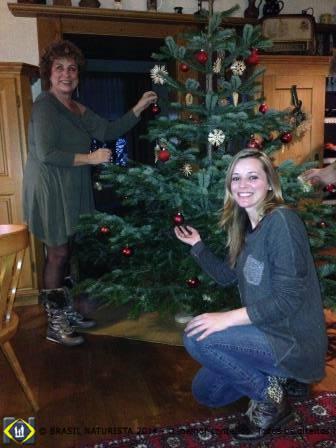 Ajudando a montar a árvore de natal...