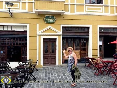 No Largo da Ordem a porta que leva Curitiba Hostel no primeiro andar.