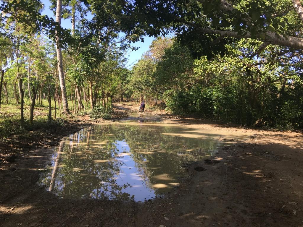 A estrada de lama para acessar a praia El Limom..